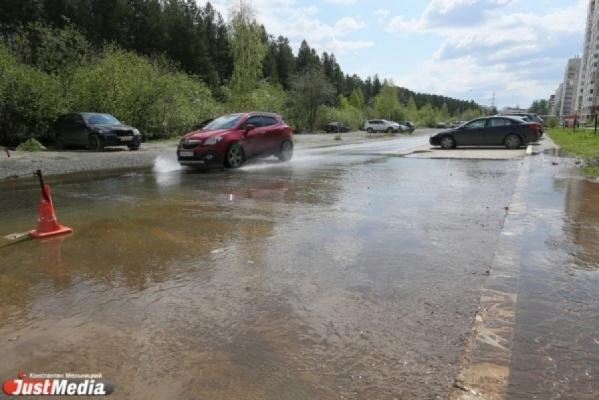 Коммунальщики Екатеринбурга прочищают пути для свободного протока паводковых вод