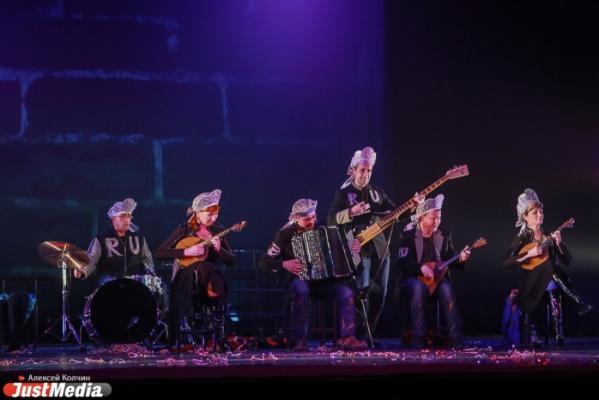 Танцующие музыканты и музицирующие танцоры. В Свердловской музкомедии — премьера синтез-спектакля о «загадочной русской душе»
