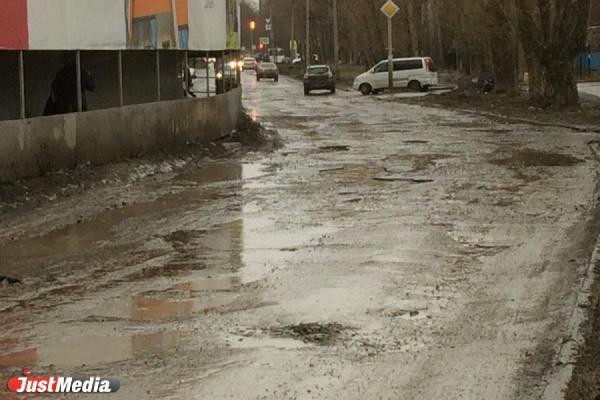 «Всю дорогу разворотили!». Жители Уралмаша жалуются на то, что из-за стройки «Брусники» две улицы оказались практически без асфальта