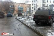 Куйвашев разрешил свердловским автомобилистам парковаться на газонах