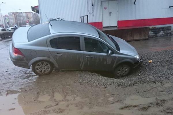 На Сортировке Opel провалился у универсама в глубокую яму