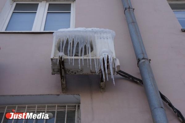 В Североуральске с крыши детского сада упала глыба льда