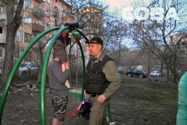 Ребенок застрял в качелях на детской площадке