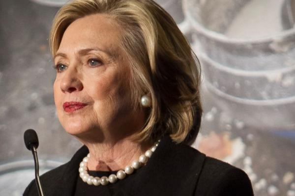 Кортеж Хиллари Клинтон забросали однодолларовыми купюрами