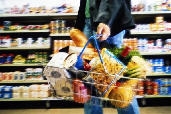 Россияне стали тратить на еду более половины доходов