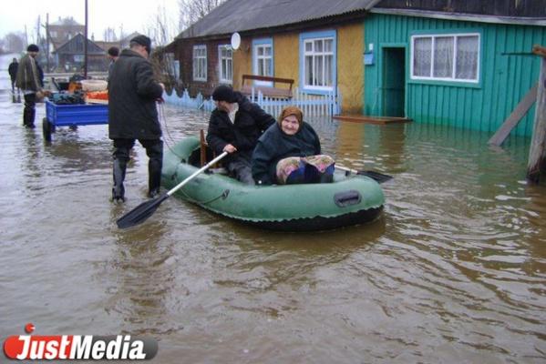Передвигаться можно только на лодке. В Меркушино из-за паводка затопило десятки домов