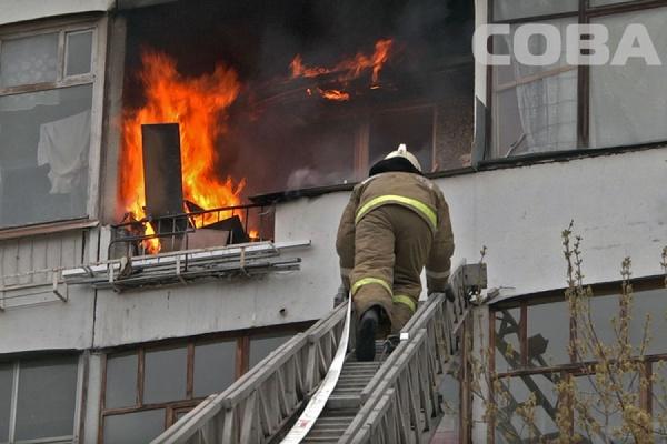 В девятиэтажке на Серафимы Дерябиной загорелся балкон