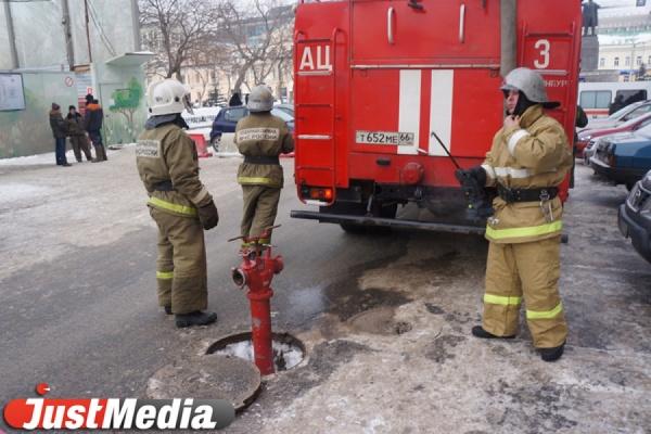 Трое школьников устроили пожар на улице Родонитовой — подожгли бесхозный автомобиль