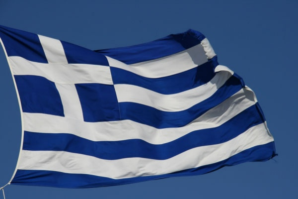 На острове Лесбос мигранты забросали министра Греции бутылками с водой
