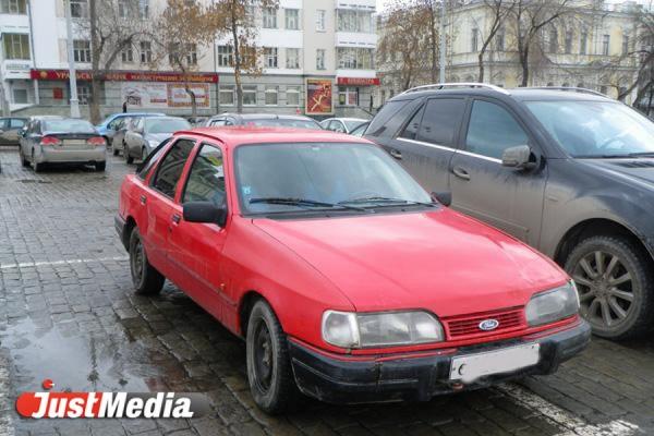 «Они захватили территорию и требовали деньги за паркинг». Жители Екатеринбурга жалуются на угрозы неизвестных «бизнесменов»