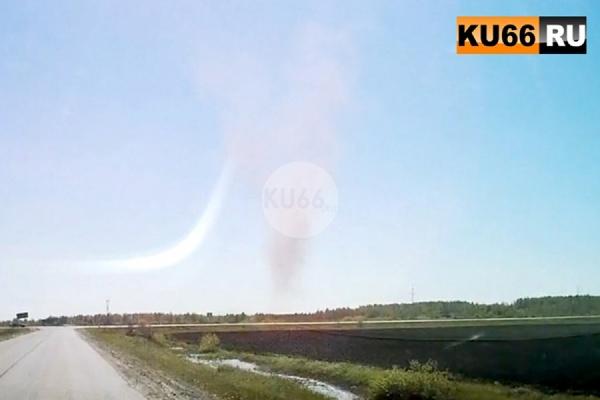 «Перед машиной мной появилась гигантская воронка из пыли». Житель Каменска-Уральского стал свидетелем интересного явления