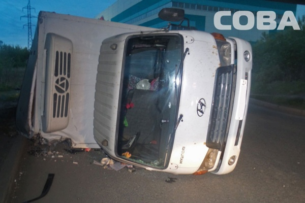 Под мостом на Синих Камнях перевернулся грузовик Hyundai