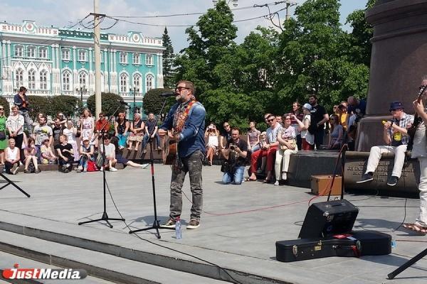 БГ дал традиционный уличный мини-концерт в центре Екатеринбурга. Дослушать выступление легенды Ройзману помешал Касьянов. ВИДЕО