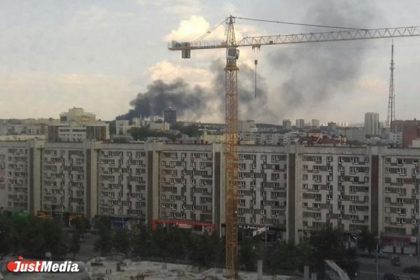 Пожар в переулке Базовом в Екатеринбурге. Черный столб дыма виден всему городу. ФОТО