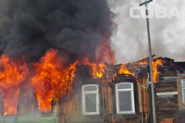 На Уктусе горел частный дом на трех хозяев, погиб мужчина