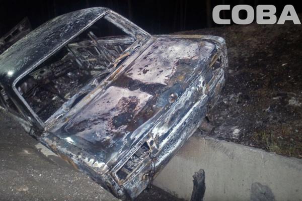 В Екатеринбурге минувшей ночью неизвестные подожгли автомобиль возле МЕГИ