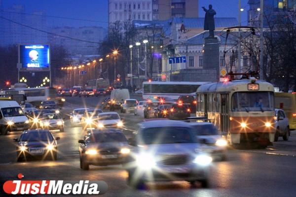 ГИБДД напоминает: в центре Екатеринбурга ограничено движение грузового транспорта