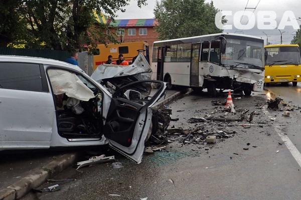 На улице Пархоменко в столкновении легковушки и автобуса пострадали четыре человека