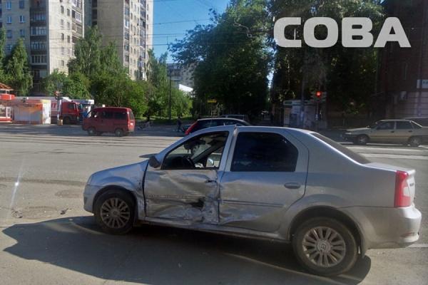 На улице Победы из-за некорректно работающего светофора столкнулись Nissan X-TRAIL и Renault Logan