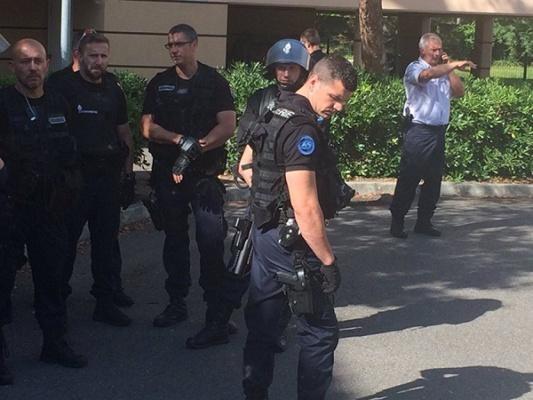 «Сказали депортируют всех». Спецназ оцепил автобус с российскими болельщиками во Франции. ФОТО