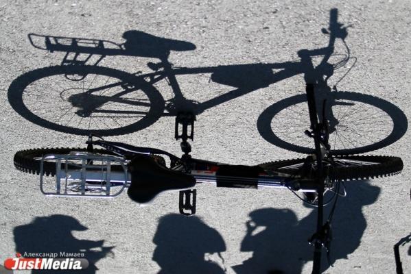 В Екатеринбурге КАМАЗ сбил подростка-велосипедиста на тротуаре