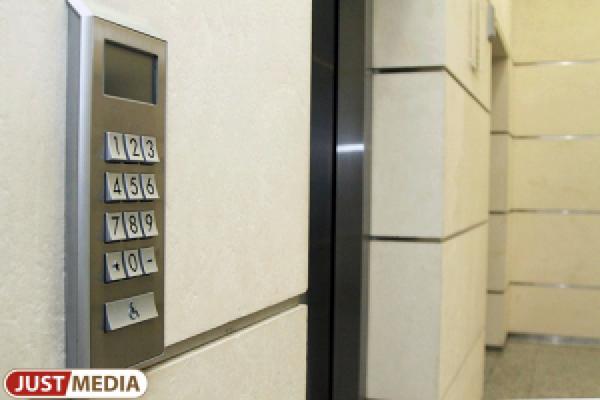 В многоэтажке на Куйбышева неизвестные залили гудроном пол первого этажа и лифта