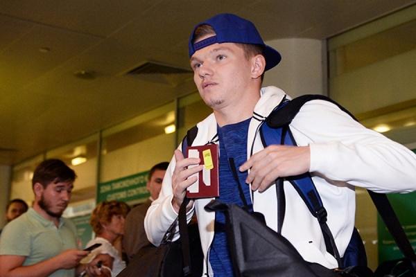 Олег Шатов обматерил журналиста в аэропорту после прилета с ЕВРО-2016. ВИДЕО