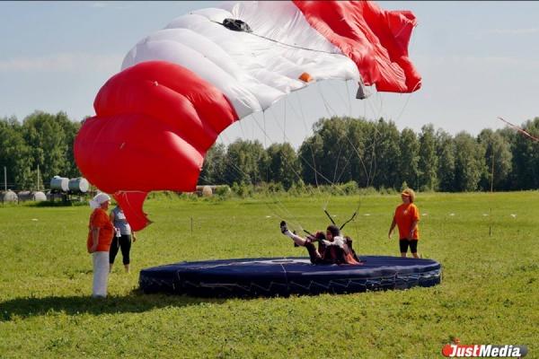 Сильнейшие парашютисты России приехали в Логиново на Всероссийские соревнования по прыжкам на точность приземления