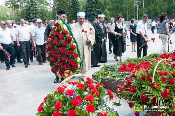 В День памяти и скорби жители Екатеринбурга возложили цветы к Вечному огню