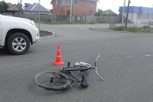 В Ивделе под колесами автомобиля погиб велосипедист
