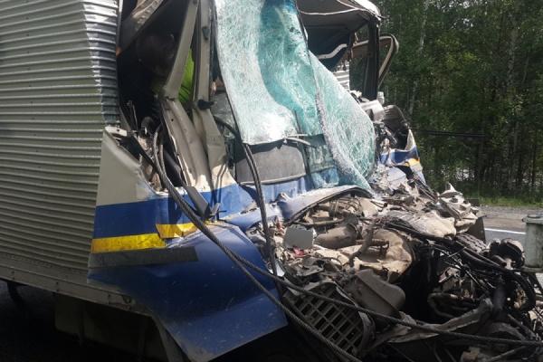 На Серовском тракте в столкновении двух грузовиков погиб один человек