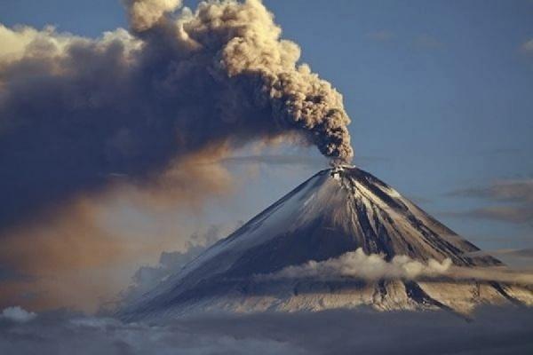 На Камчатке вулкан выбросил столб пепла