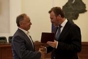 Награду передал замполпреда Борис Кириллов.