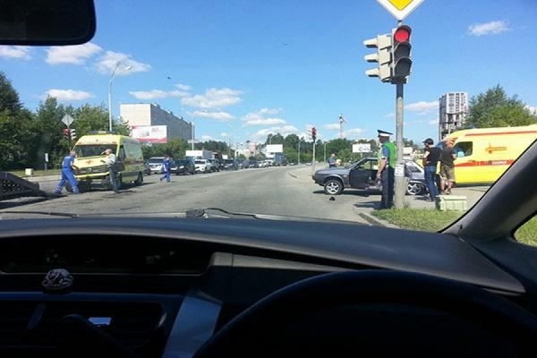 Машина скорой помощи попала в ДТП на окраине Сортировки