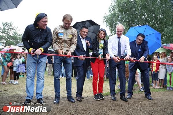 Олимпийцы под проливным дождем открыли новую спортивную площадку в парке Архипова