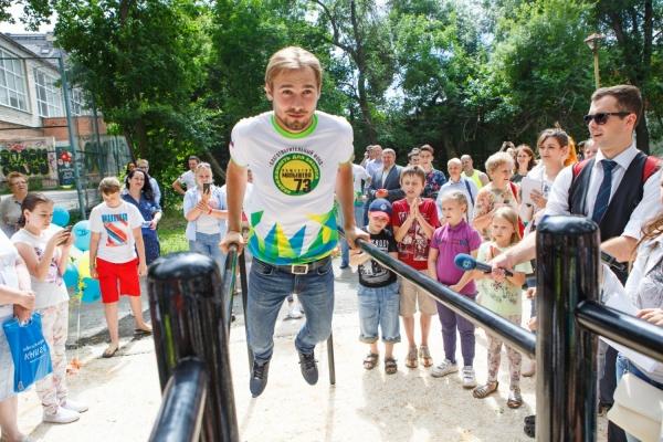 Подъем с переворотом от Алыпова и отжимания на брусьях от Шипулина: уральские олимпийцы открыли площадку для воркаута в парке Энгельса