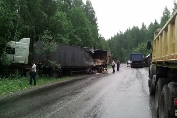 На дороге между Кировградом и Верхним Тагилом грузовик с щебнем протаранил фуру со взрывчаткой. ФОТО