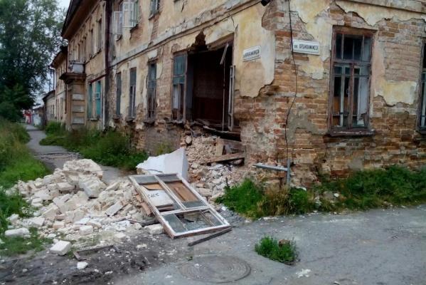 В Ирбите обрушилась стена памятника архитектуры. ФОТО