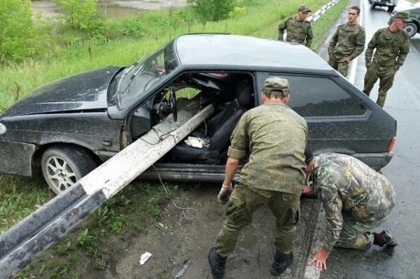 Под Еланью ВАЗ насел на отбойник, как на шампур. Водителя спас непристегнутый ремень. ФОТО