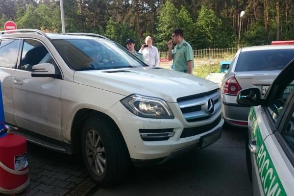 В Екатеринбурге приставы на несколько часов перекрыли заправку, чтобы «выкурить» из Mercedes супругу должника