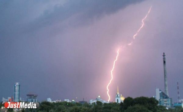«Дождь стеной, град и молнии»: Свердловскую область накрыла гроза