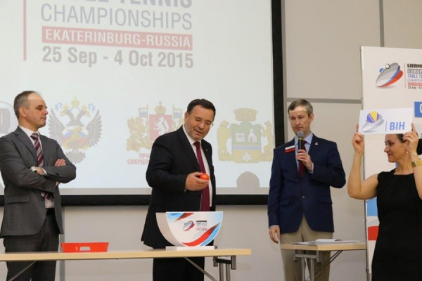 Владимир Белоглазов (в центре) во время жеребьевки чемпионата Европы по настольному теннису в Екатеринбурге