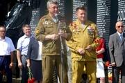 Свердловские единороссы поздравили десантников с днем ВДВ и возложили цветы к Черному тюльпану