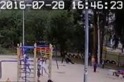 В Верхней Пышме грабитель чуть не задушил воспитательницу детского сада, пытаясь сорвать с нее цепочку. ВИДЕО