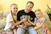 Михаил Мальцев в компании своих дочерей Алисы и Сони и суриката Сури