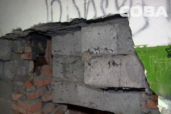 Дом вЕкатеринбурге, где обвалилась стена, продолжил рушиться