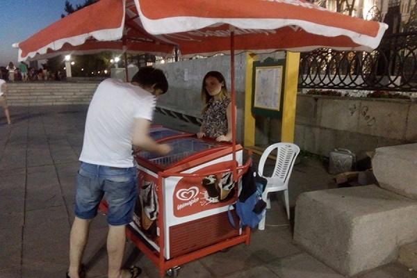 «Не будешь работать? Штраф». Екатеринбургская студентка заявила, что ее «кинул на деньги» владелец точки по продаже мороженого