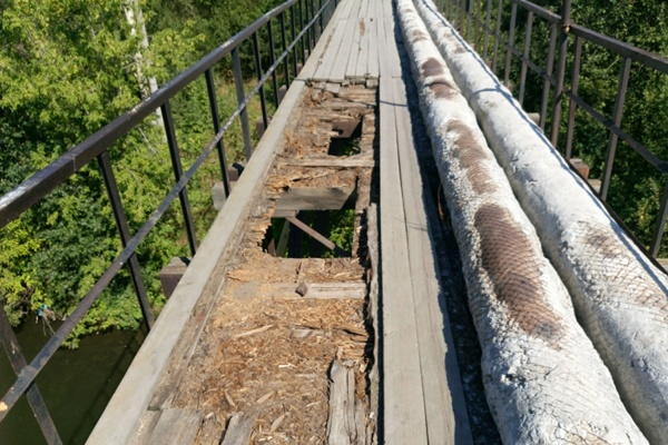 Недалеко до беды! Родители кадетов просят починить мостик через Исеть, по которому их дети добираются в школу. ФОТО