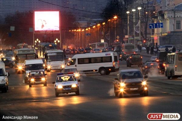 «Хуже всех в УрФО». Свердловская область заняла 42 место в рейтинге по обеспеченности легковыми автомобилями