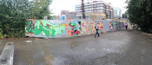 «Застройщик превратил улицу в непроходимую». Екатеринбуржцы жалуются, что строители закрыли пешеходную дорожку. ФОТО